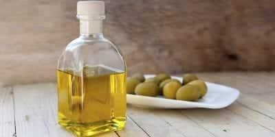 Dùng dầu Oliu để làm mới áo da