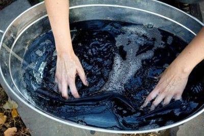 Để quần jeans luôn mới và bền màu, bạn nên giặt bằng tay và giặt riêng