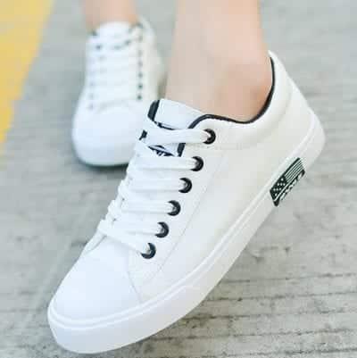 Giày thể thao màu trắng phù hợp với nhiều phong cách phối đồ