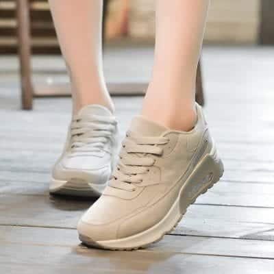 Giày thể thao màu xám được yêu thích, lựa chọn rất nhiều vì dễ dàng phối đồ