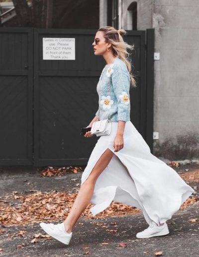 Bạn trông giống như một Fashionista đường phố khi học cách mix áo len cùng váy dài xẻ tà và giày thể thao trắng