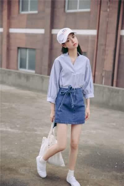 Phối giày thể thao trắng cùng chân váy Jeans và áo sơ mi cho cô nàng công sở