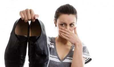 Mang giày hàng ngày mà không vệ sinh giày cũng là nguyên nhân gây ra hiện tượng hôi chân