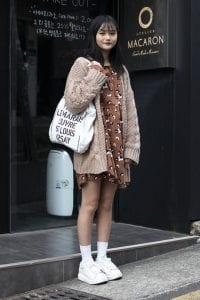 Những chiếc áo khoác cardigan form rộng với màu sắc tươi sáng là lựa chọn hoàn hào cho những cô nàng nấm lùn muốn hack chiều cao hiệu quả.