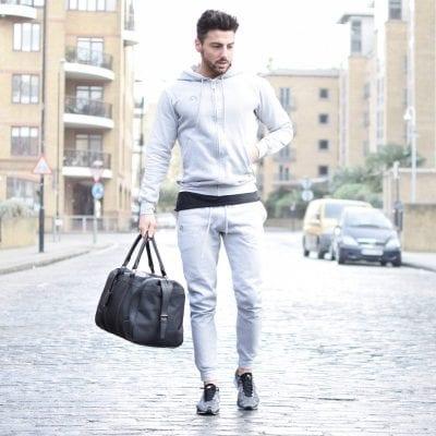 Áo hoodie, quần jogger, giày sneaker, một sự kết hợp hoàn hảo cho các chàng