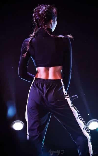 Tấm lưng nuột nà với đường rãnh mê người cùng chiếc eo thon của cô nàng khi nhìn từ phía sau cũng khiến nhiều khán giả ngây ngất. (Ảnh: Pinterest)