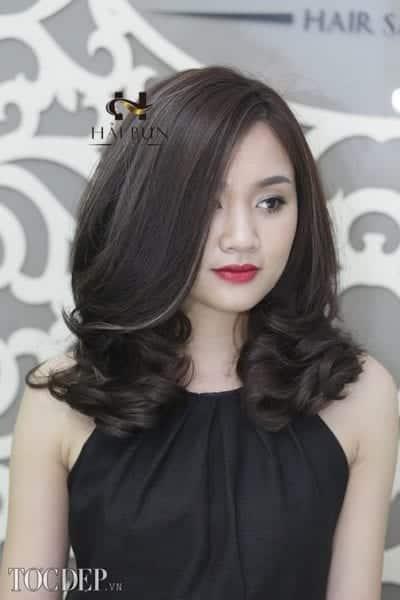 Cách làm tóc ngang vai mặt tròn