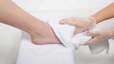 Luôn nhớ lau chân sau khi rửa để dọn sạch sẽ nơi phát sinh của vi khuẩn