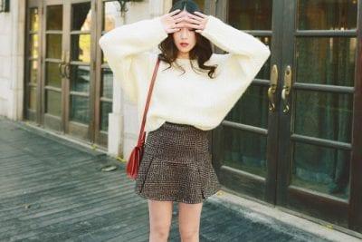 Điệu đà cùng áo len cánh rơi mix cùng chân váy dạ ngắn