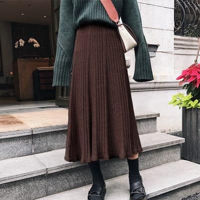 Chân váy xếp ly và áo len tay dài sẽ khiến bạn trông giống như một Fashionista phong cách