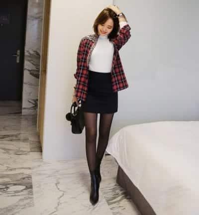 Chọn chân váy đen, giày đen phối với quần tất đen mỏng