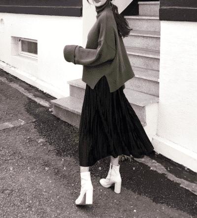 Mùa đông bạn vẫn có thể dùng cách mix chân váy xòe dài với áo len khi đi dạo phố