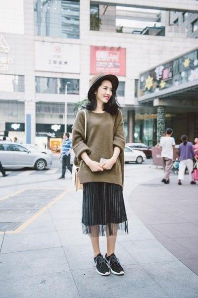 Luôn xinh đẹp, trẻ trung khi mix áo len dáng rộng cùng chân váy xòe dài