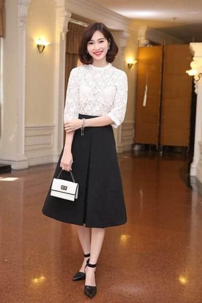 Mix chung chân váy xòe với áo ren cũng tăng sự nữ tính cho bạn gái