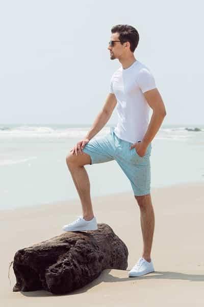 Thoải mái khi đi chơi/đi du lịch với cách mix giày thể thao trắng cùng quần short và áo thun trơn