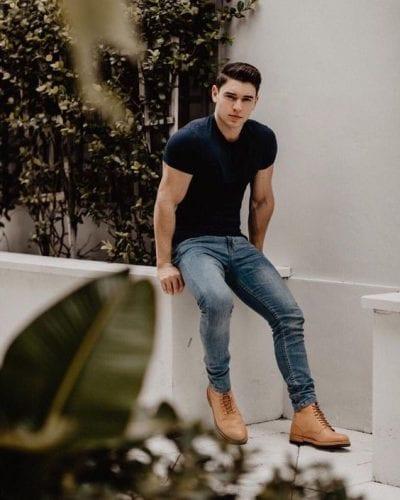 Combo áo thun sẫm màu, quần jean và giày nâu sáng cho phong cách vintage.
