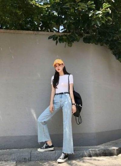 Mix trang phục màu sáng nhưng không quá nổi bật như áo thun trắng và quần jean ống rộng sẽ giúp tạo điểm nhấn cho đôi giày thể thao của bạn.