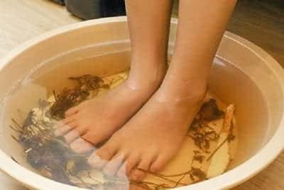 Ngâm chân với nước lá trà giúp loại bỏ mùi hôi chân