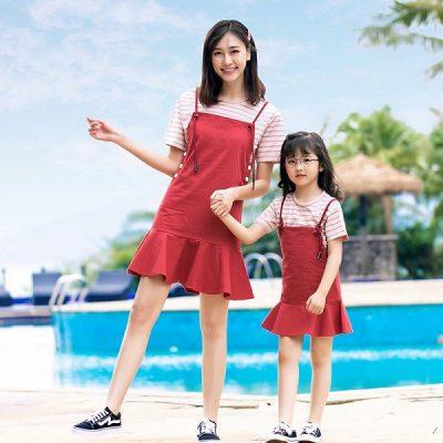 Đây là set áo thun sọc ngang phối váy yếm đuôi cá tông đỏ cực trẻ trung và năng động dành cho hai mẹ con
