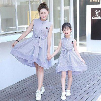 Chỉ với chi tiết nhấn eo có nơ buộc, cả mẹ và bé sẽ vô cùng trẻ trung nhưng không mất đi sự nữ tính với chiếc váy xoè không tay cực dễ thương này