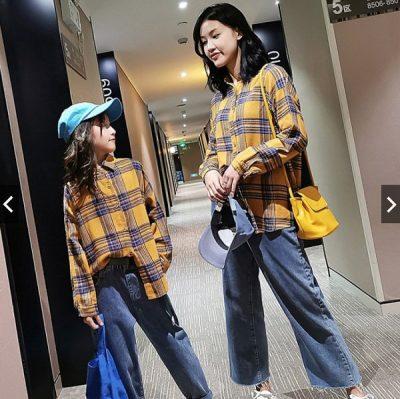 Mẹ nên chọn cho con những chiếc áo sơ mi kẻ vuông cùng quần jeans có chất liệu thoáng mát, mềm mại