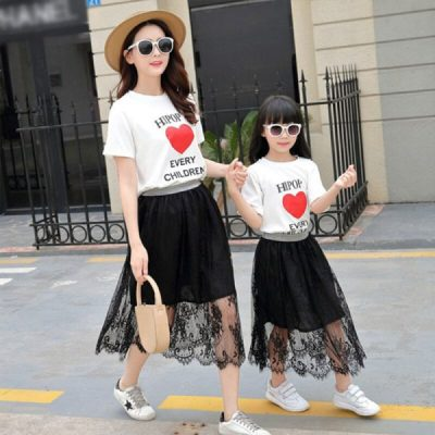 Áo phông hoạ tiết + Chân váy ren: Đây là cặp đôi hoàn hảo để giúp mẹ và bé vừa nữ tính nhưng vẫn rất trẻ trung và năng động