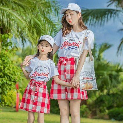 Mẹ và bé có thể diện chân váy ngắn kẻ caro để tạo điểm nhấn cho set đồ