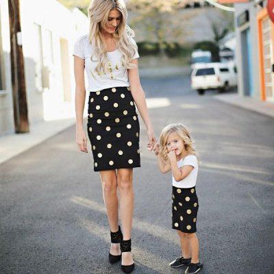 Chân váy ôm màu đen chấm bi mix cùng áo phông trắng đơn giản cũng là một gợi ý rất thú vị cho các cặp mẹ con