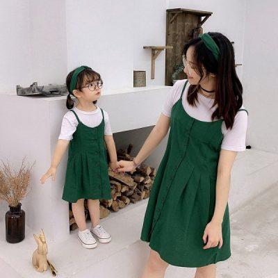 """Áo thun trắng + váy yếm xanh lá đều là món đồ đem lại sự thoải mái cho bé và giúp mẹ """"hack"""" tuổi nữa"""