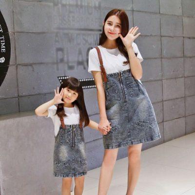 Áo thun màu trắng có thể kết hợp với nhiều kiểu váy yếm khác nhau nhưng nổi bật vẫn là chiếc váy yếm jean đầy mê mị