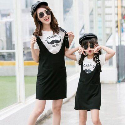 Mẹ nên chọn những chiếc áo thun có màu sáng kèm hoạ tiết phối cùng váy yếm đen trông nổi bật thấy rõ