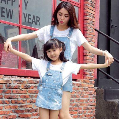 Outfit áo thun trắng + váy yếm jean này tô điểm thêm vẻ xinh tươi, đáng yêu cho cả hai mẹ con.