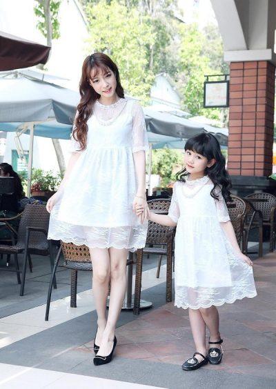 Kiểu váy xoè trắng này dành cho các cặp mẹ và con gái nào muốn có một diện mạo thật điệu đà và nữ tính