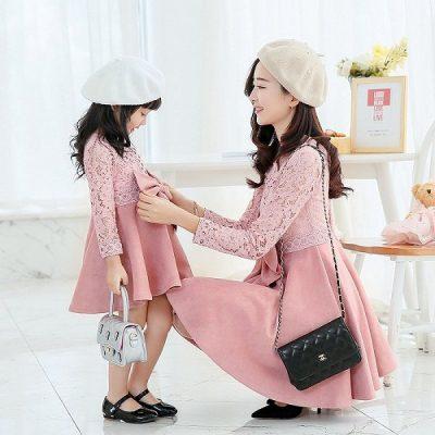 Những chiếc váy màu hồng tôn lên vẻ nữ tính, dịu dàng của cả hai mẹ con