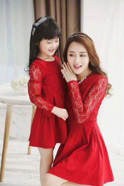 Những chiếc đầm màu đỏ lại giúp cho diện mạo của mẹ và con gái trông thật nổi bật