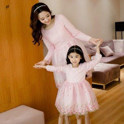 Khi diện váy liền xòe hồng pastel, chắc chắn các bé gái sẽ cảm thấy rất thích thú vì trông mình như một nàng công chúa
