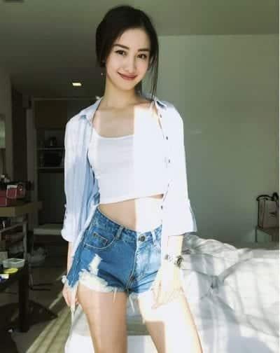 Áo hai dây kẻ và quần short jean
