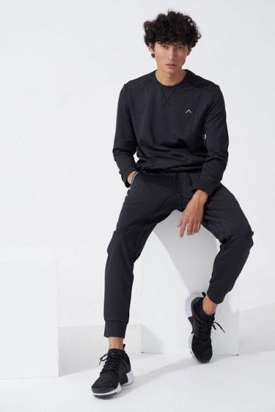 Phối giày thể thao đen nam với trang phục cùng màu.