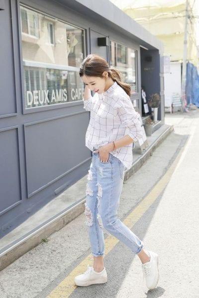 Combo giày thể thao trắng với áo sơ mi và quần jean cho phong cách vừa thanh lịch, vừa năng động trẻ trung.