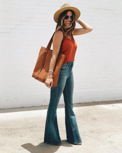 Áo hai dây phối cùng quần jean ống loe không chỉ gợi nhớ đến phong cách thời trang đường phố những năm 70 mà còn rất thích hợp để diện vào những ngày hè rực nắng.