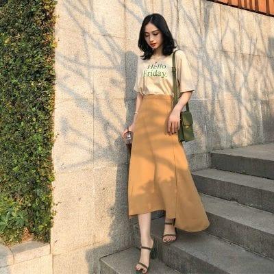 Chân váy Midi kết hợp với áo phông Slogan