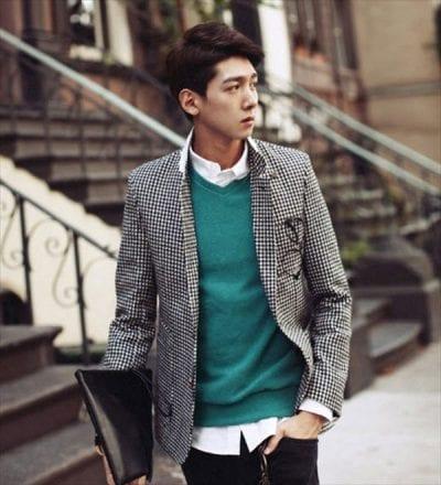Trẻ trung với cách mix giữa Blazer, áo len và sơ mi trắng