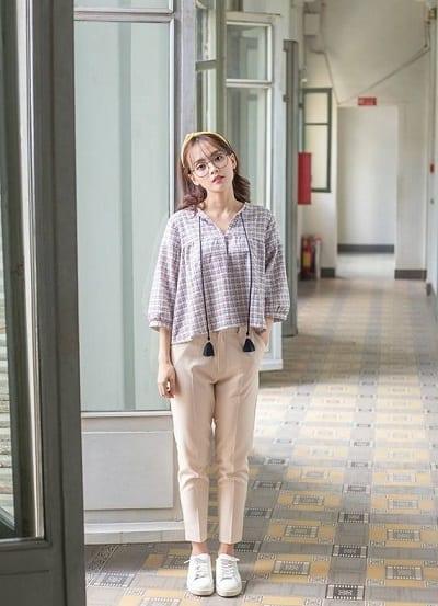 Áo sơ mi trắng và quần baggy là hai item quen thuộc được các bạn nữ ưu ái lựa chọn để phối đồ đi học cho học sinh nữ cấp 3