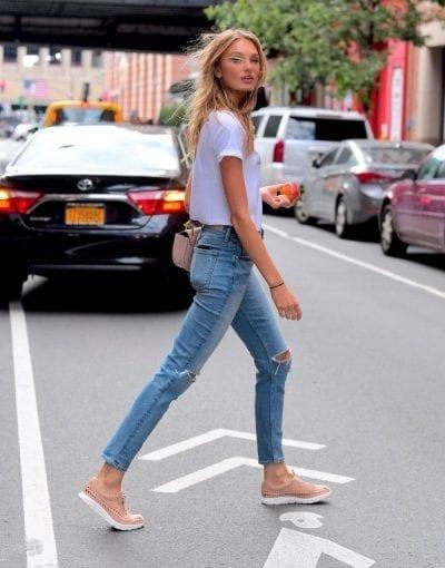 Chiếc quần jean skinny huyền thoại kết hợp cùng giày thể thao nữ chắc chắn sẽ là combo đem lại sự cá tính và năng động.