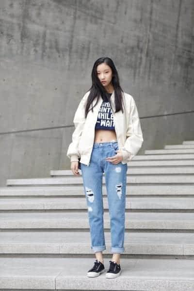Quần jeans kết hợp cùng áo Croptop và áo khoác bomber cũng là lựa chọn hợp lý của nhiều cô gái khi thời tiết trở lạnh