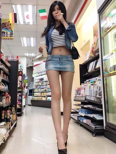 Mặc váy ngắn cùng áo crop top quá ngắn, cô gái không thể di chuyển hay đứng ngồi một cách thoải mái ở siêu thị. Điều này là lỗi thường gặp của những người ham mặc ngắn ở nơi đông người.