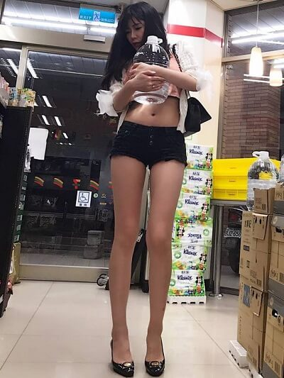 Một cô gái khác mặc như đi biển khi vào siêu thị gây chú ý.