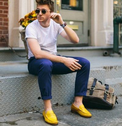 Lãng mạn với cách mix đơn giản giữa áo phông trơn, quần Kaki xắn gấu và giày lười nổi bật