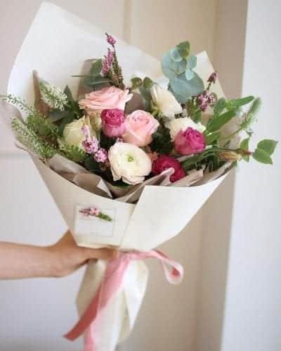 Tặng mẹ đóa hoa tươi thắm kèm lời nhắn gửi yêu thương.