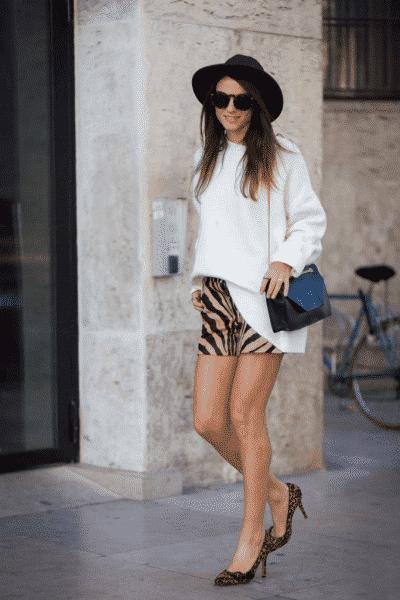 Thời trang và tinh tế cùng với giày cao gót da báo phối với quần sooc cùng tông màu
